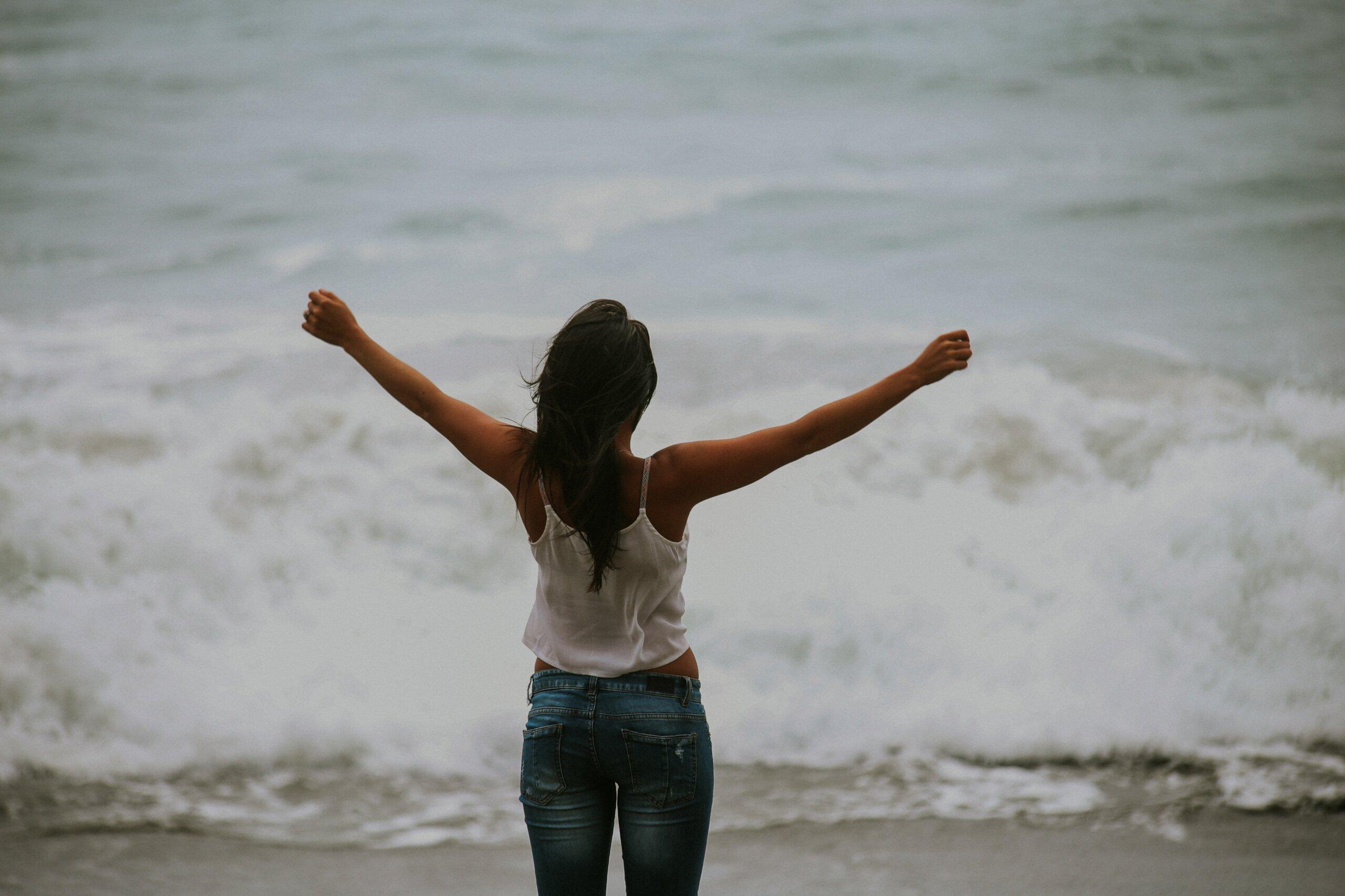Gelukkig persoon aan de zee